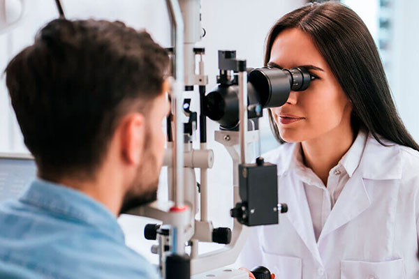 oftalmólogo y oculista
